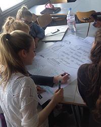Studenten arbeiten mit der Design Thinking Methode