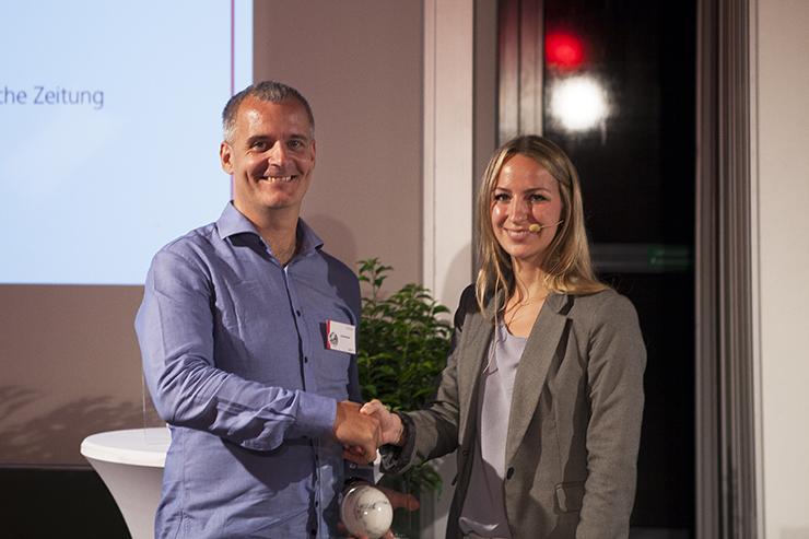 Ebenfalls ausgezeichnet: Kai Strittmatter mit Laudatorin Elena Krämer