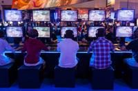 Besucher der Gamescom 2015 beim Zocken, Foto: Benjamin Wohlbrecht