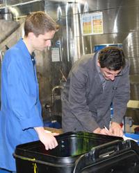 Prof. Armin Weichmann (rechts) erstellt mit einem der Studenten ein Farbrezept.