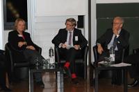 Prof. Dr. Tobias Keber vom Institut für Digitale Ethik moderierte die Podiumsdiskussion. Rechts: Prof. Dr. Dieter Dörr. Fotos: Alexandra Seidel