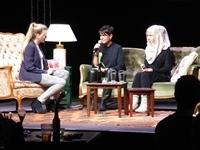 Moderatorin Jaqueline Haller unterhält sich mit Sandra Fink und Mursal Rasekh vom Clara-Grunwald Kindergarten in Leonberg.