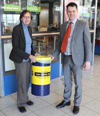 Prof. Dr. Ursula Probst und Peter Bollinger haben die ersten Tonnen aufgestellt.