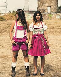 Mit Lederhose und Dirndl präsentieren sich zwei junge Mädchen, die in Stuttgart ihre Heimat gefunden haben. Foto: Wolf-Peter Steinheißer