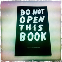 "Das Cover von ""Do Not Open This Book"""