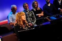 Kabarettistin Katie Freudenschuss liefert den musikalischen Rahmen. (Fotos: Tom Oettle)