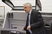 Am 23. November 2016 wurde der 3D-Drucker offiziell übergeben. Prof. Dr.-Ing. Gunter Hübner startet den ersten Probedruck.