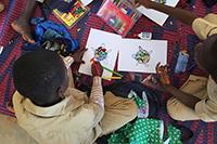 Die Schüler bearbeiten Geschichten kreativ