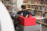 Die Bibliothek bietet Lern- und Arbeitsmöglichkeiten