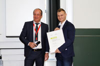 Reinhart Dortschy, Präsident des DFTA-Fördervereins, mit dem Preisträger Jannis Henschel
