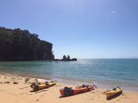 Den Abel Tasman Nationalpark kann man zu Fuß, mit dem Kanu oder Surfbrett sowie auf dem Schiff erkunden, Fotos: Marleen Kledig