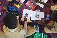 Schüler bei der kreativen Bearbeitung von Geschichten