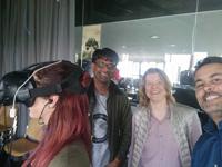 Prof. Dr. Marie Elisabeth Müller mit Dan Pacheco (re.) und Devadas Rajaram (li.) sowie einer Studentin mit VR-Brille, Foto: Projektteam