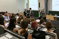Prof. Dr. Alexander W. Roos (links) mit Dr. Wolfgang Kreißig (Foto: Gloria Dreiseidel)