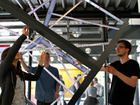 Kunst zum Anfassen: Die Röhren des Stahl-Streben-Würfels leuchten auf.