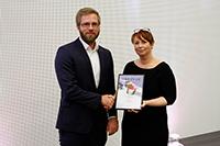 Benjamin Törkö erhielt den Preis von Anke Frieser-Tausch