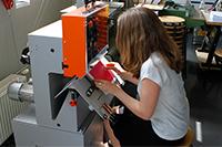 Mit der Heftmaschine wird unter anderem die Studierendenzeitschrift geheftet