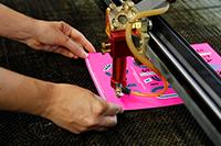 Der neue Lasercutter kann Materialien bis zu einem Format von 100 mal 160 cm schneiden (Fotos: Kerstin Lauer)