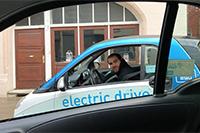 Mit einer am Institut entwickelten App können Kunden ihr Fahrzeug individuell bestellen (Foto: Florian Rettenmeier)