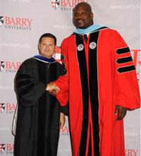 Shaquille O'Neal bei der Zeugnisübergabe. Quelle: Barry University Florida