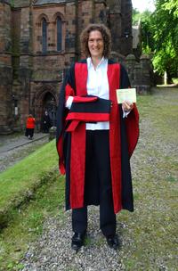 Dr. Andrea Bräuning in Robe und mit der Bestätigung ihres PhD, Foto: privat