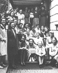 Der Lehrgang 1941/43 vor der Gustav-Siegle-Bücherei.