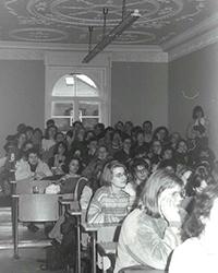 Studenten in der Villa (Fotos: Webseite des Studiengangs  Bibliotheks- und Informationsmanagement)