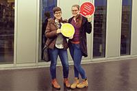Lisa Kriks und Anna-Sophie Hartauer organisieren eine Registrierungsaktion