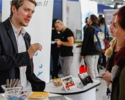 Auf dem KarriereMarktplatz können sich Besucher an Infoständen über verschiedene Unternehmen informieren.