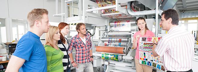 Prof. Armin Weichmann (ganz rechts) mit Studenten vor der Tiefdruckmaschine der HdM