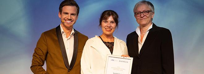Luisa Maria Gigler (Mitte) mit  Prof. Dr. Ulrike Röttger (re.) von der Universität Münster, der Leiterin der Jury für den Wissenschftspreis, Foto: DPRG