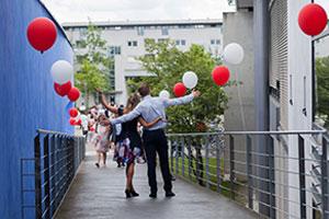Die Absolventenfeier findet im Foyer (N10) sowie im Audimax (N8) der HdM statt