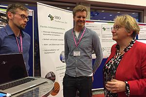 """Ministerin Theresia Bauer mit den Gründern Tobias Lange und Clemens Hildebrandt (beide von Coversional), ehemalige Teilnehmer des Programms """"Sandbox"""" der HdM (Fotos: Start-up Center der HdM))"""