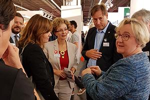 Ministerin Theresia Bauer (rechts) informierte sich über den Preis (Foto: Börsenverein des Deutschen Buchhandels, Landesverband Baden-Württemberg)