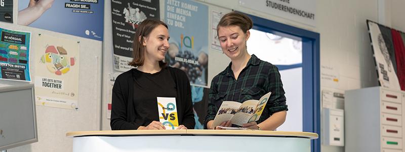 Katja Leifheit (l.) und Henrike Sommer (r.) laden ein, der VS beizutreten (Foto: Christopher Müller)