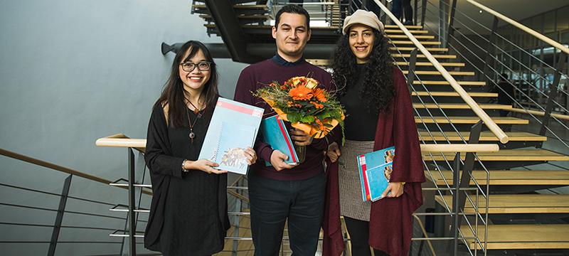 Ausgezeichnet: Relieta Muizzu Putri, Özgün Erbaristiran und Maryam Zakerighadi (von links, Foto: Jan Böttinger)