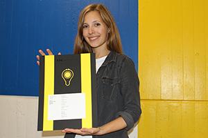 Franziska Schicht vom Projektteam mit der Urkunde des DDC