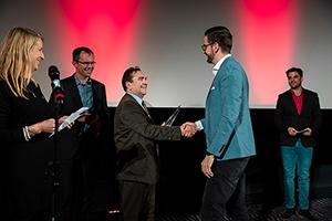 Prof. Dr. Franco Rota gratuliert Produzent Oliver Hufen (Foto: Christopher Müller)