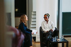 imo-Teilnehmerin Anika Keil stellt Fragen an Shary Reeves (rechts)