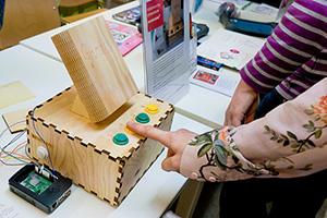 Die Kiste spuckt Geschichten auf Knopfdruck aus