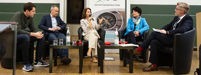 Jonas Wagner, Dr. Stefan Brink, Katarina Barley, Prof. Dr. Petra Grimm und Prof. Dr. Tobias Keber sprachen über das Leben mit Daten