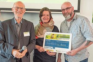 Stuart Simpson vom Europabüro Wien mit den Gewinnern Steffi Knebel und Matz Kastning (von links, Foto: CERIecon)