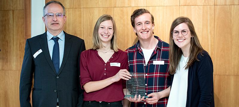 Laudator Peter Steinmüller mit Lea Weinmann, Max Wöhr und Selina Spieß (von links, Foto: Medienpreis Mittelstand)