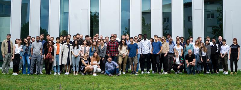 Die internationalen Teilnehmer des EMBC mit ihren Betreuern und dem Organisationsteam vor der HdM, Foto: Christian Lütgens