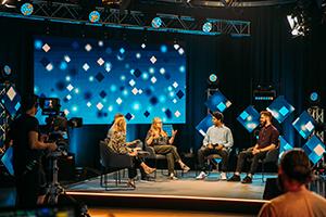 In drei Talkrunden sprachen die Moderatoren mit Gästen aus unterschiedlichen Jahrgängen des Studiengangs, Foto: Jan Böttinger