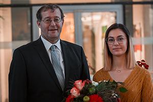 HdM-Rektor Prof. Dr. Alexander W. Roos mit Preisträgerin Shahd Syoufi