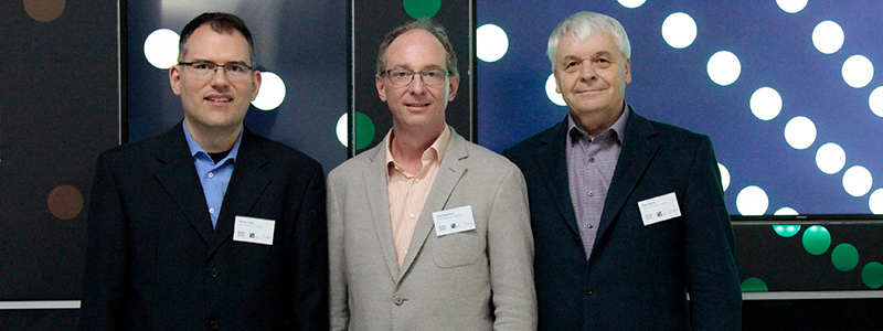 Prof. Dr. Martin Fuchs (links) übernimmt den Stab von Prof. Uwe Schulz (rechts) in der Institutsleitung mit Prof. Dr. Jens-Uwe Hahn (Mitte), Foto: Mona Weingart