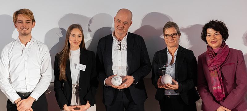 Titel: Die Laudatoren Lucas Fiola und Kathleen Stängle mit den Preisträgern Andrian Kreye und Daniela Remus und Prof. Dr. Petra Grimm (von links, Foto: Kai Gundacker)