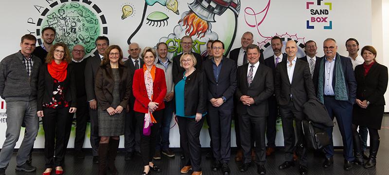 """Die Mitglieder des """"Start-up BW Think Tank"""", darunter Wirtschaftsministerin Dr. Nicole Hoffmeister-Kraut und Wissenschaftsministerin Theresia Bauer (erste Reihe, Mitte), waren zu Gast an der HdM (Foto: Kai Gundacker)"""