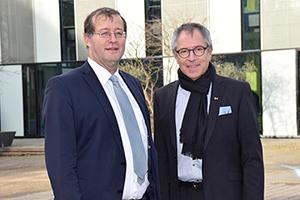 Prof. Dr. Alexander W. Roos und Prof. Christof Wolfmaier (von links, Foto: Hochschule Esslingen)